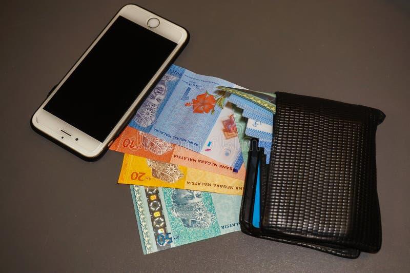 Telefoon, bankbiljetten en portefeuille stock foto