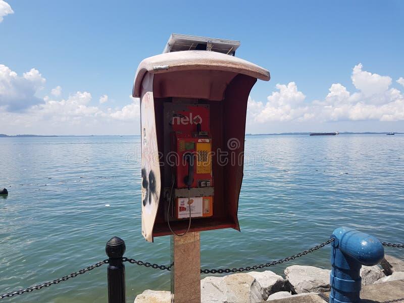 Telefoon bij de kust stock foto's