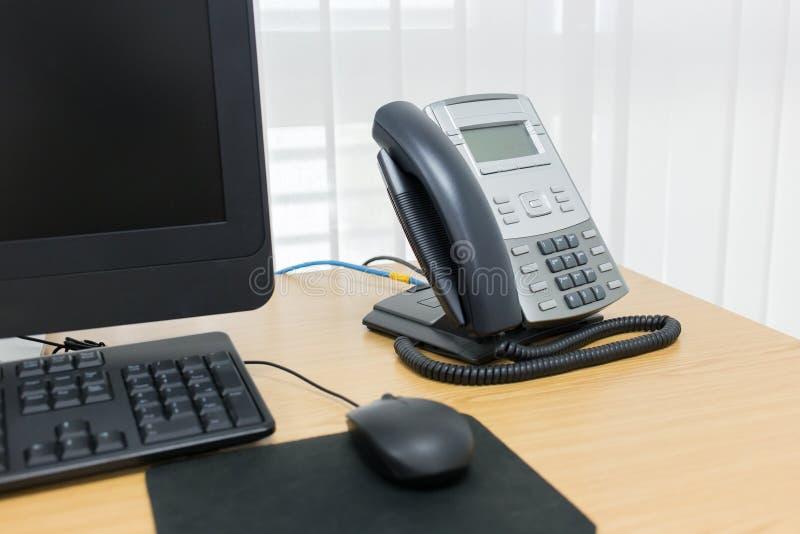 Telefoon en computer op het lijstwerk royalty-vrije stock foto's