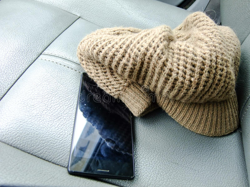 Telefoon en Hoed op Front Seat royalty-vrije stock afbeelding