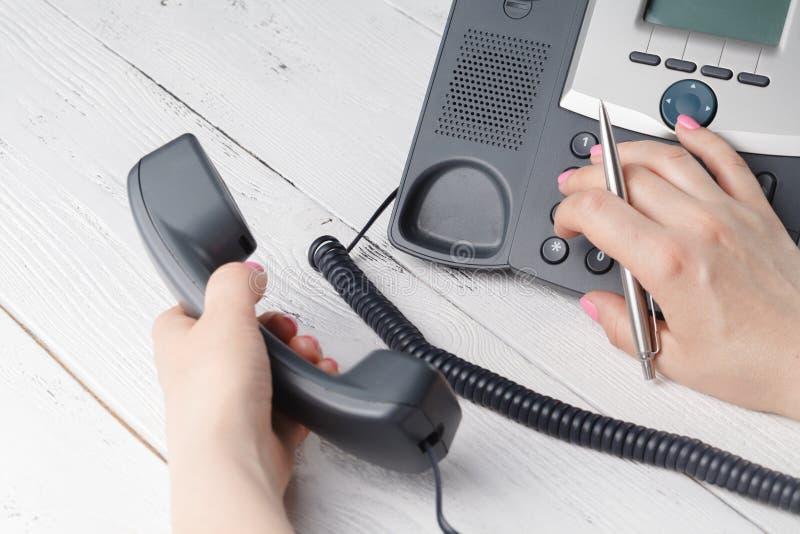 Telefoon het draaien, contact en het concept van de klantendienst vaas toe royalty-vrije stock afbeeldingen