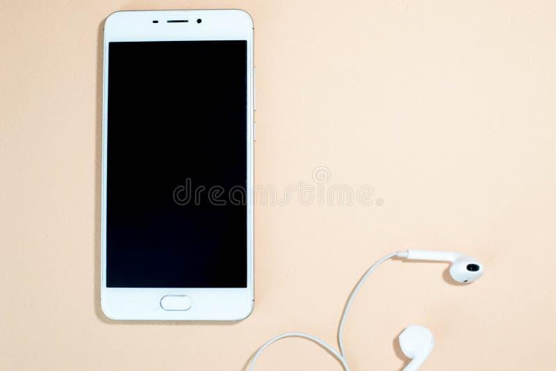 Telefoon met hoofdtelefoons stock foto