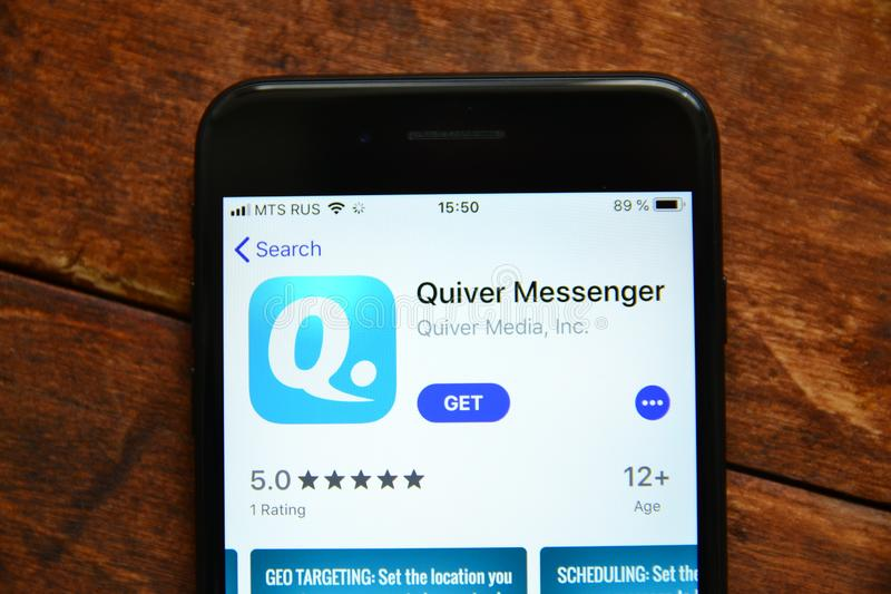 Telefoon op de lijst met een mobiele toepassing om een bericht, smartphone te verzenden royalty-vrije stock foto