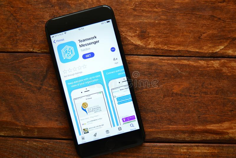 Telefoon op de lijst met een mobiele toepassing om een bericht, smartphone te verzenden royalty-vrije stock fotografie
