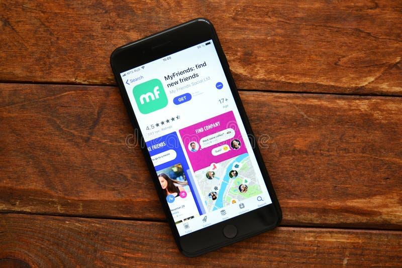 Telefoon op de lijst met een mobiele toepassing om een bericht, smartphone te verzenden royalty-vrije stock afbeelding