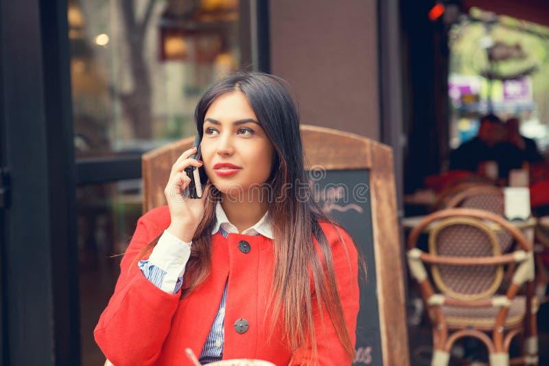 Telefoonbespreking Sluit omhoog portret van een Amerikaanse bedrijfsvrouw die aan cellphone spreken royalty-vrije stock afbeeldingen