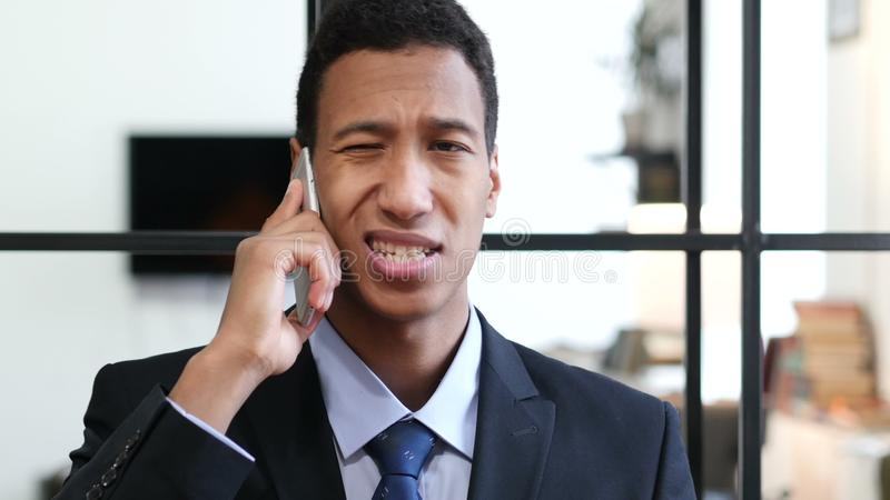 Telefoonbespreking, Zwarte Zakenman Attending Call op het Werk stock videobeelden
