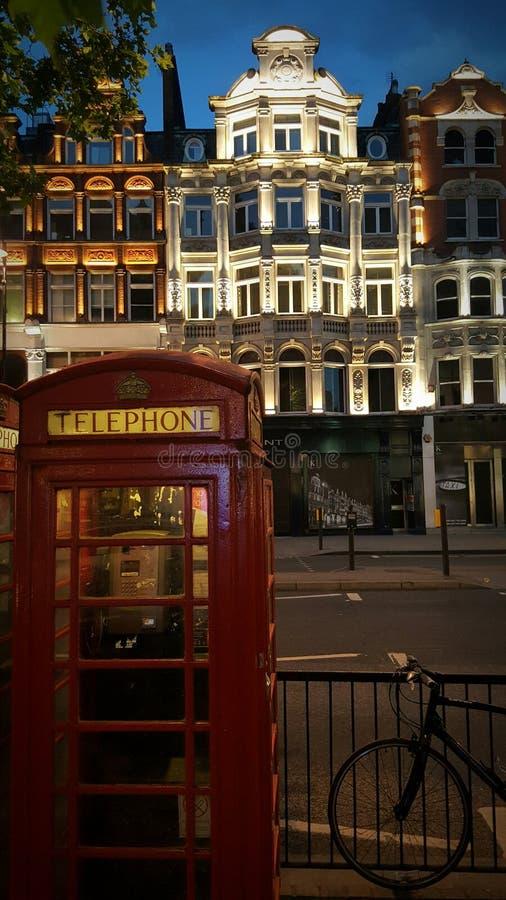 Telefooncel op Brompton-Road in Londen, Engeland stock afbeelding