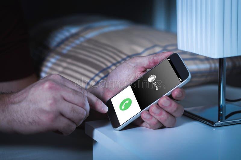Telefoongesprek in het midden van de nacht Het dronken of streek roepen stock foto