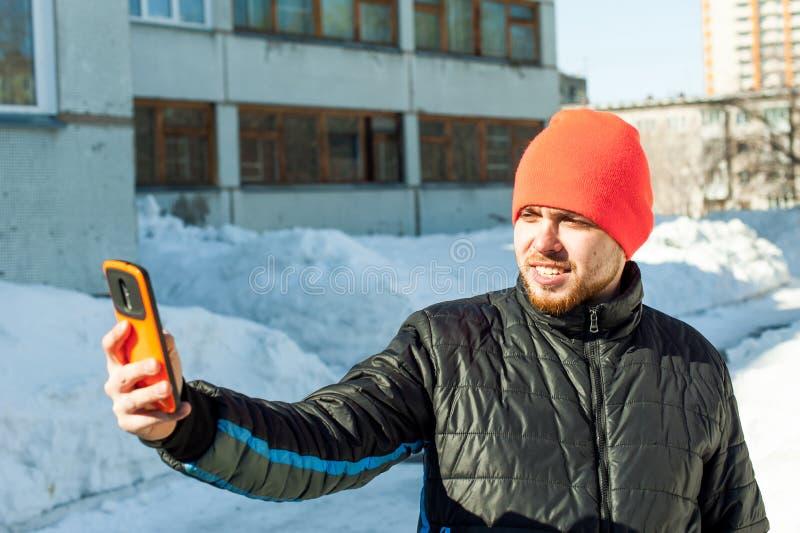 Telefoongesprekkenmensen De kerel spreekt op celtelefoon royalty-vrije stock afbeelding