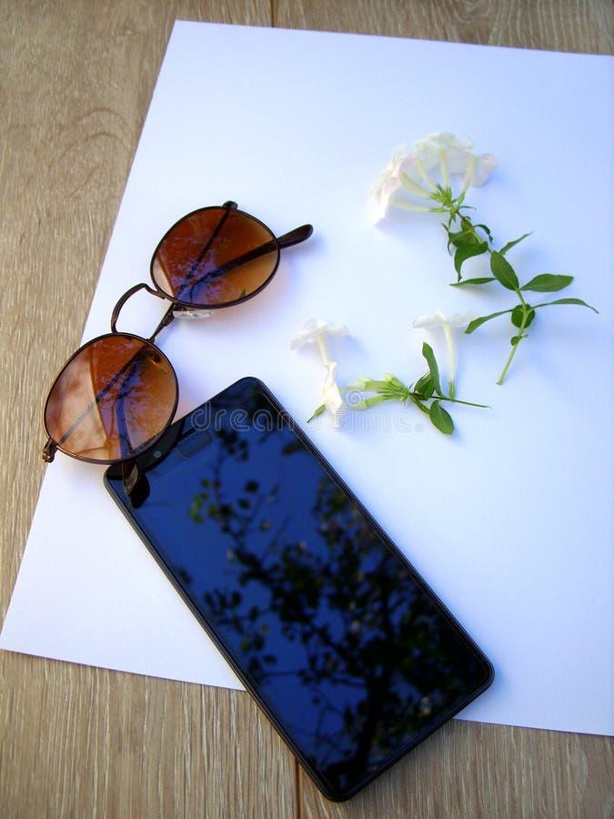 Telefoonglazen en bloemen royalty-vrije stock fotografie