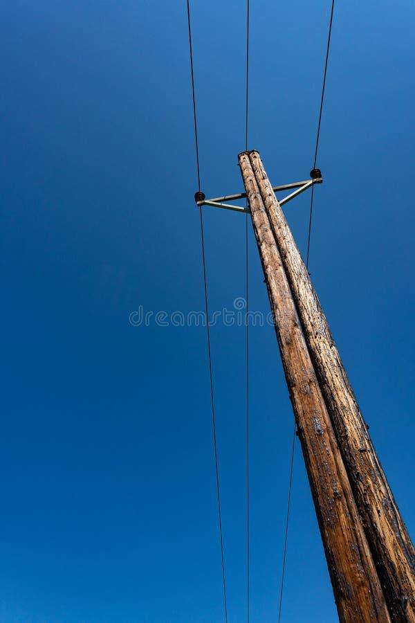 Telefoonpool met draden voor mededeling over blauwe hemel royalty-vrije stock afbeelding