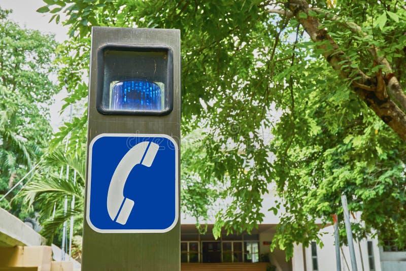 Telefoonteken en sirene op de roestvrije pool voor noodsituatie stock afbeeldingen