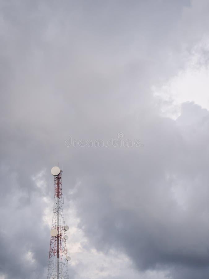 Telefoontoren op de achtergrond van wolken royalty-vrije stock afbeeldingen