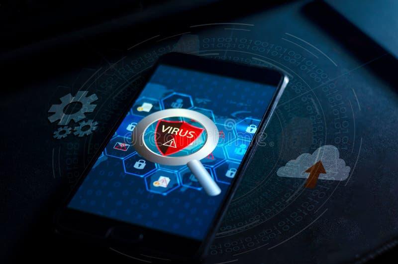 Telefoonvirus Beschermend schildvirus rode de Voorzichtigheidscomputer van de Uitroepwaarschuwing in dark met woordvirus stock afbeeldingen