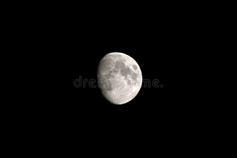 Telefoto des Mondes, der Nacht und des zunehmenden Mondes stockbild