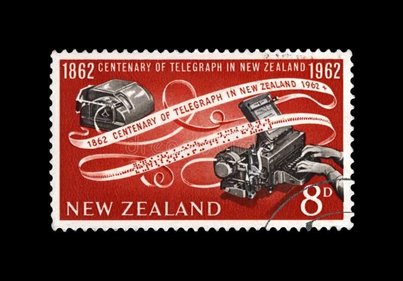 Telegrafíe el dispositivo y el aniversario de cinta de papel, 100o codificado de la inauguración del telégrafo en Nueva Zelanda,  imágenes de archivo libres de regalías