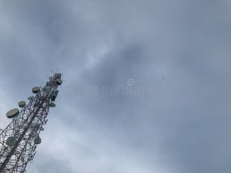 Telekommunikation ragt am sonnigen Tag hoch stockbilder