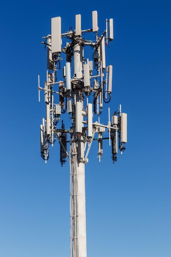 Telekommunikation und drahtloser Zellausrüstungs-Turm mit Richtungshandy-Antenne I lizenzfreies stockfoto
