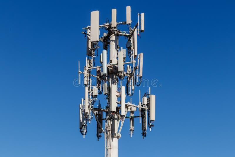 Telekommunikation und drahtloser Zellausrüstungs-Turm mit Richtungshandy-Antenne II stockfoto