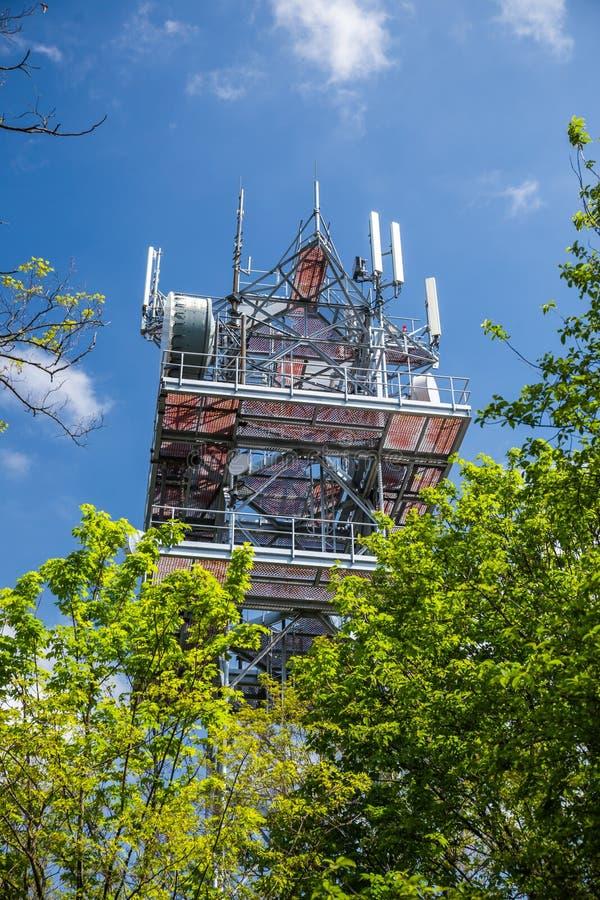 Telekommunikation und Fernsehturm-Antenne, Technologie 3G, 4G des industriellen Übertragungsnetzes Im forrest stockfotos