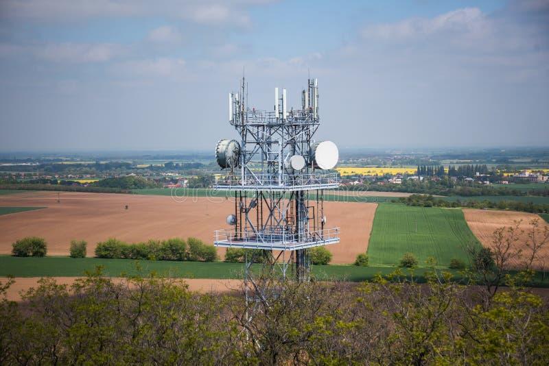 Telekommunikation und Fernsehturm-Antenne, Technologie 3G, 4G des industriellen Übertragungsnetzes Im forrest lizenzfreies stockbild
