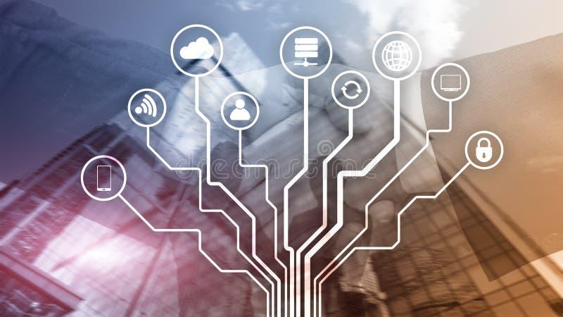 Telekommunikation und IOT-Konzept auf unscharfem Gesch?ftszentrumhintergrund stockfoto
