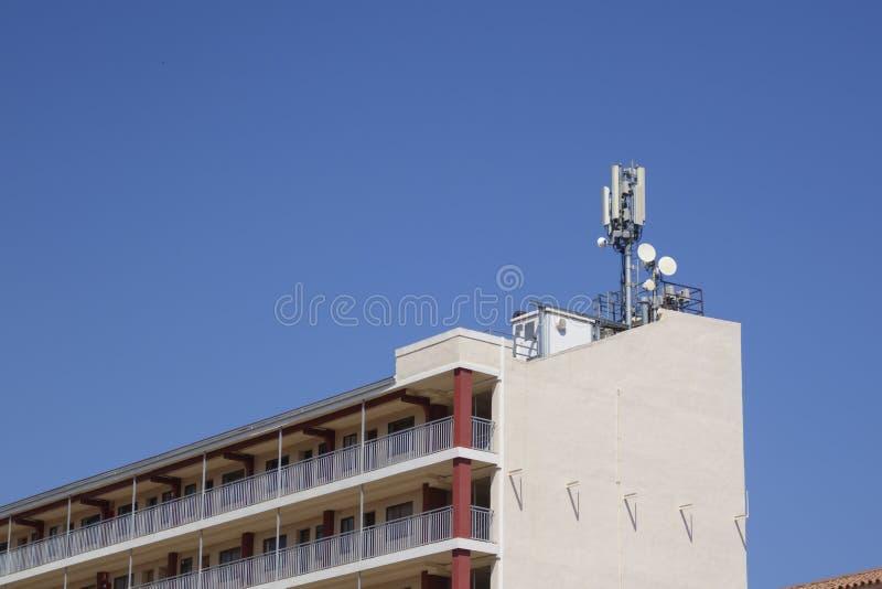 Telekommunikation und Mobilantennen stockfotos