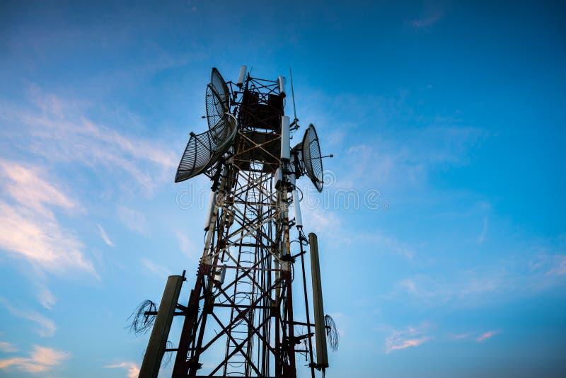 Telekommunikationantenn för radio, television och telefon med blå himmel arkivfoto