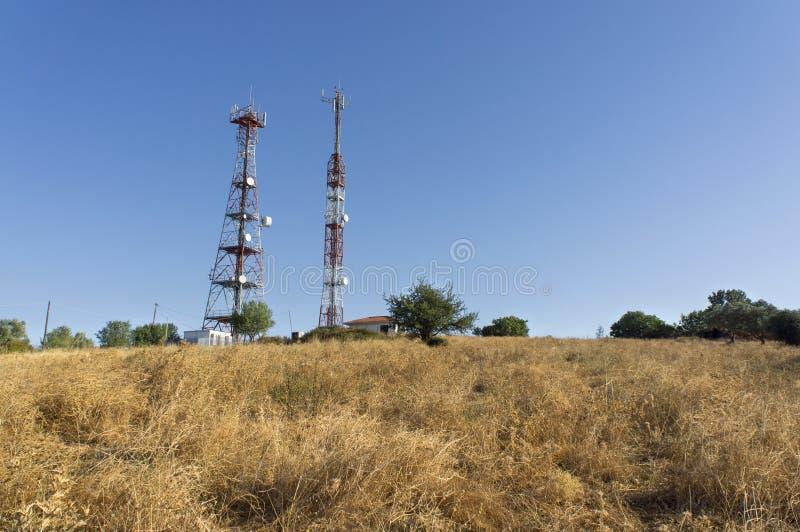 Telekommunikationar står hög royaltyfria bilder