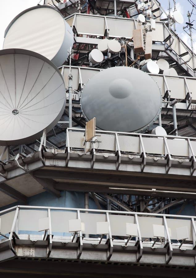 Telekommunikationar står hög arkivfoto