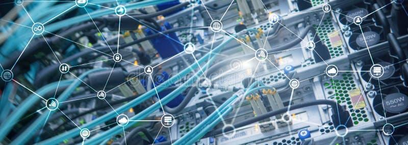 Telekommunikationbegreppet med den abstrakta nätverksstrukturen och serveren hyr rum bakgrund royaltyfria foton