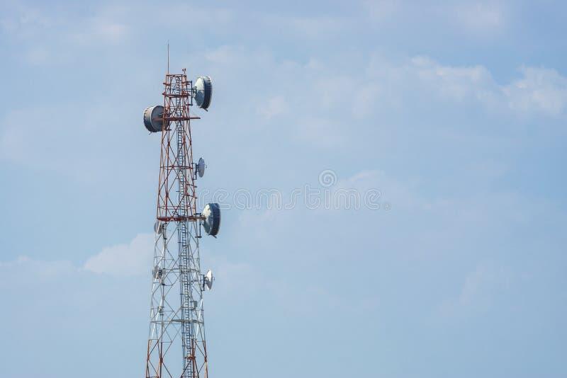 Telekommunikationen står hög med blåttskybakgrund arkivbild