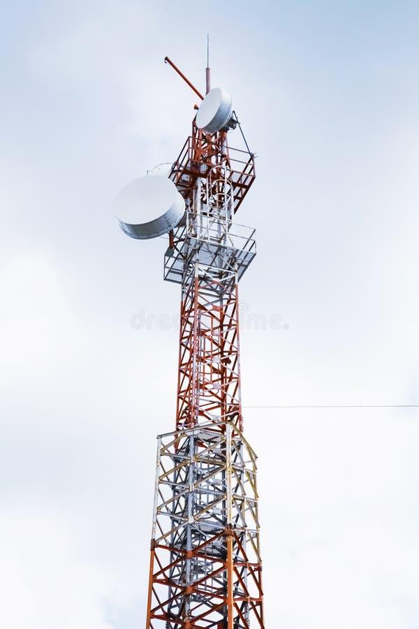 Telekommunikationradiotorn över molnig himmel royaltyfri bild