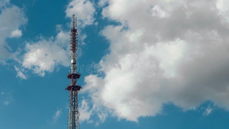 Telekommunikationradiotorn p? den vidstr?ckta bakgrunden f?r bl? himmel Vit f?rdunklar p? himmel fotografering för bildbyråer
