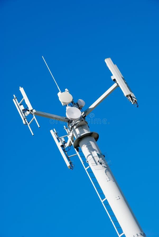 Telekommunikations-Turm u. Himmel lizenzfreie stockfotos