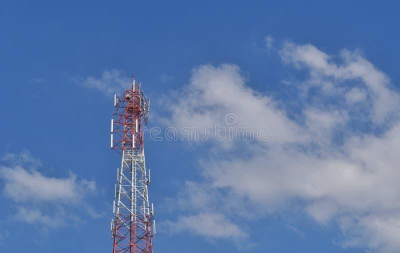 Telekommunikationsantenne auf Hintergrund des blauen Himmels stockfotos