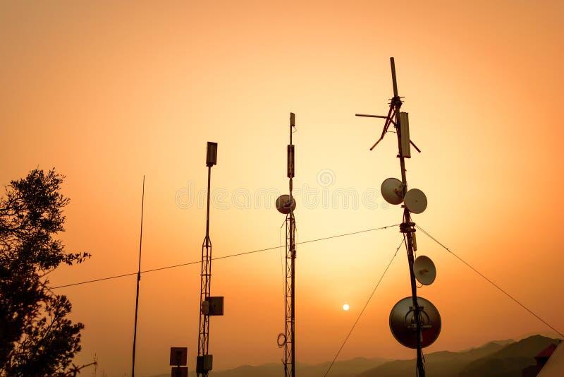 Telekommunikationsantennen stockfotos