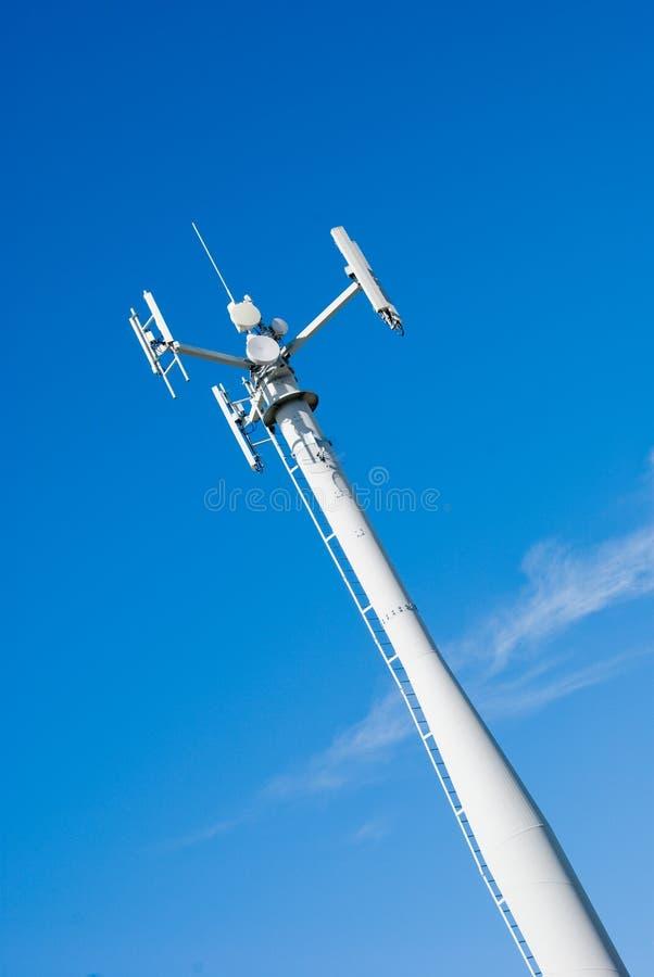 Telekommunikationskontrollturm-Himmel u. Wolken lizenzfreies stockfoto