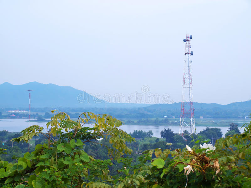 Telekommunikationsmikrowellenkontrollturm stockbilder