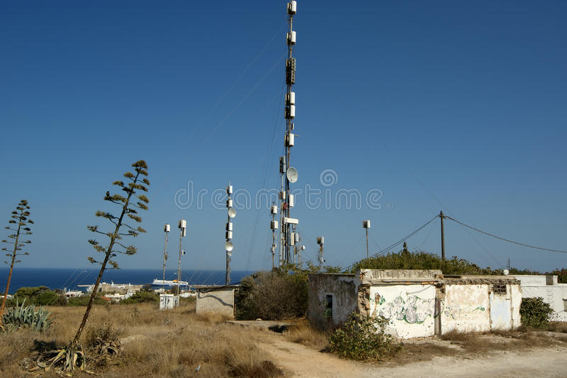 Telekommunikationstürme, Relais und Mobilfunkantennen stockbild