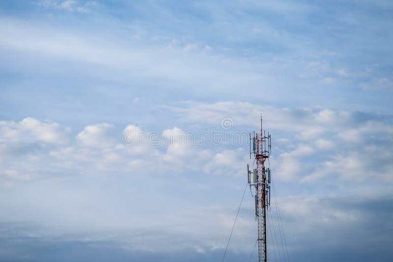 Telekommunikationsturm auf dem Hintergrund eines bewölkten Himmels mit Kopieraum lizenzfreie stockfotografie