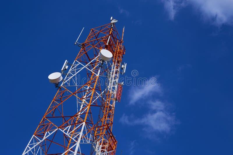 Telekommunikationsturm mit blauem Himmel stockfoto