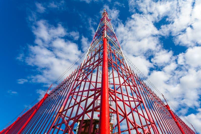 Telekommunikationsturm mit Plattenantennen und Radioantennen und Satellitenschüsseln für Mobilkommunikationen 2G, 3G, 4G, 5G