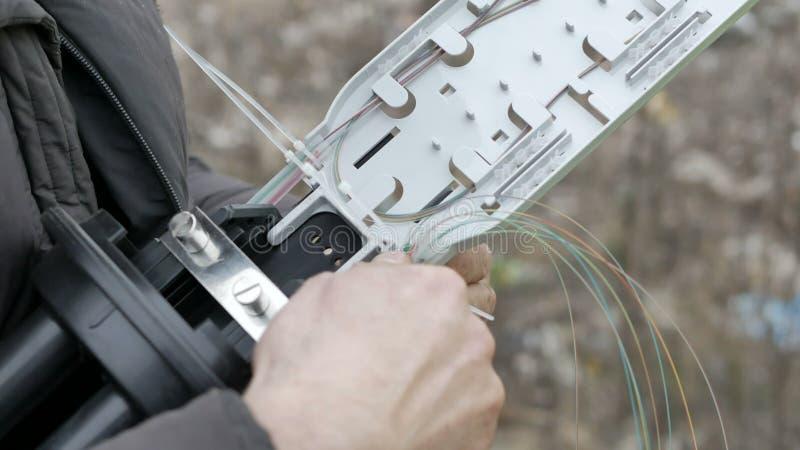 Telekommunikationtekniker som arbetar med den optiska kopplingen royaltyfri fotografi