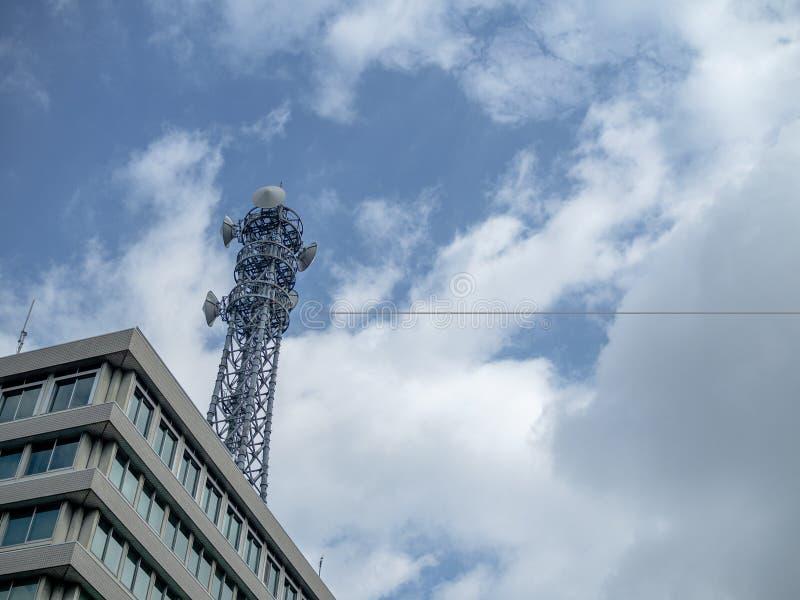 Telekommunikationtorn med överförande utrustning för radio arkivbild