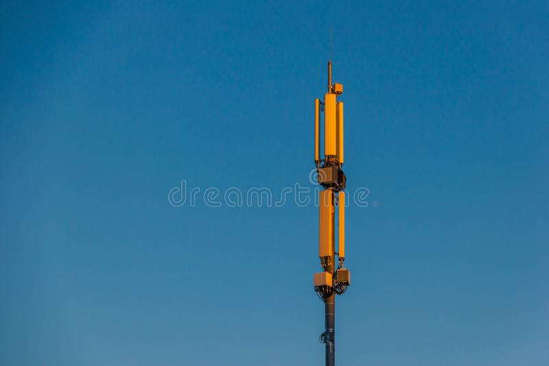 Telekomunikaci antena satelitarna przy zmierzchu nieba t?em i zdjęcie stock