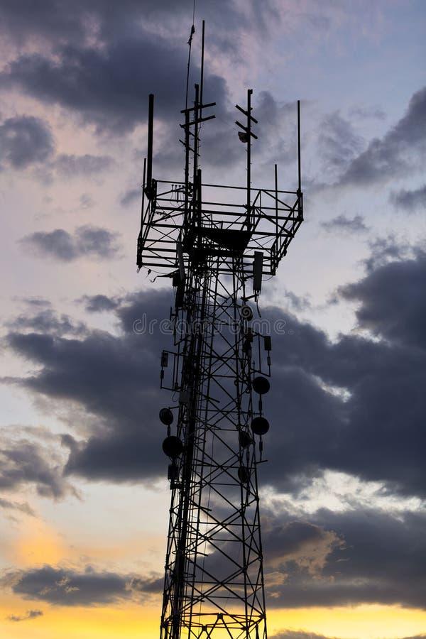 Telekomunikaci wierza podczas zmierzchu Medellin, Kolumbia obraz royalty free