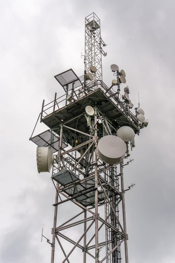 Telekomunikaci wierza z nadajnik antenami i parabolas fotografia royalty free
