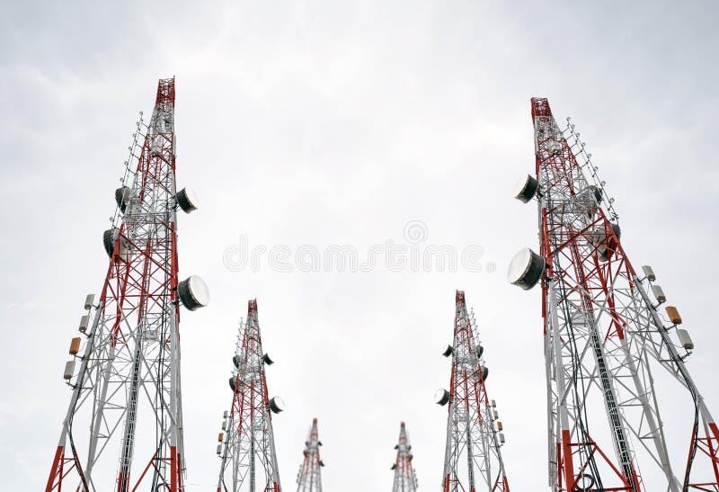 Telekomunikacja góruje z TV anteną satelitarną na jasnym niebie i antenami, czarny i biały zdjęcie royalty free